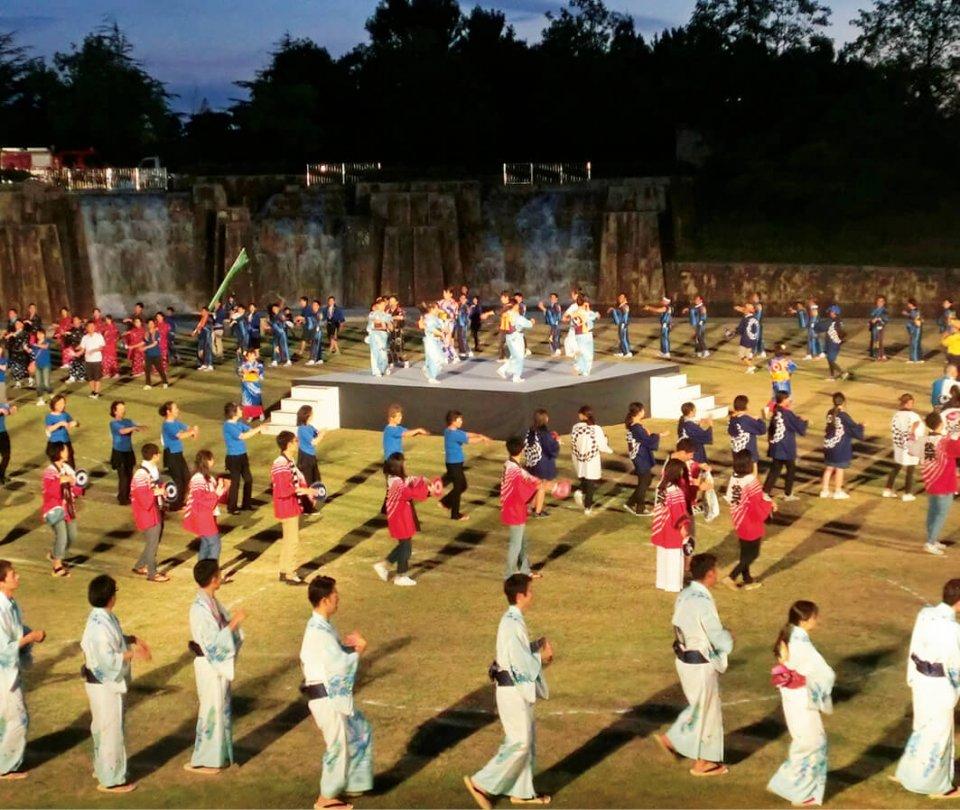 盆踊りを楽しむ参加者ら。東京五輪の法被姿で踊る人も