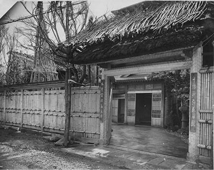 昭和8(1933)年以前からある北門。そのたたずまいは今もあまり変わらない