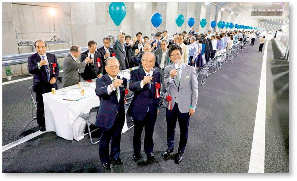 東京カンパイ自動車道:公募で選ばれた市民、関係者など約600人が道路上に設置された200mのロングテーブルを囲んで東京外郭環状道路(千葉県区間)の開通をその前夜(2018年6月1日)に祝った。片岡会頭(手前中央)。左隣は松戸商工会議所の中山会頭