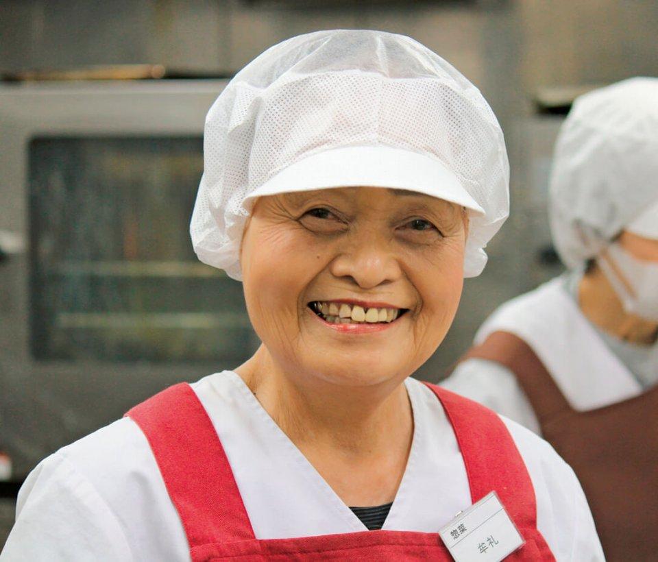 惣菜担当の牟礼さん(右)は55歳から在籍するキャリア22年のベテランだ
