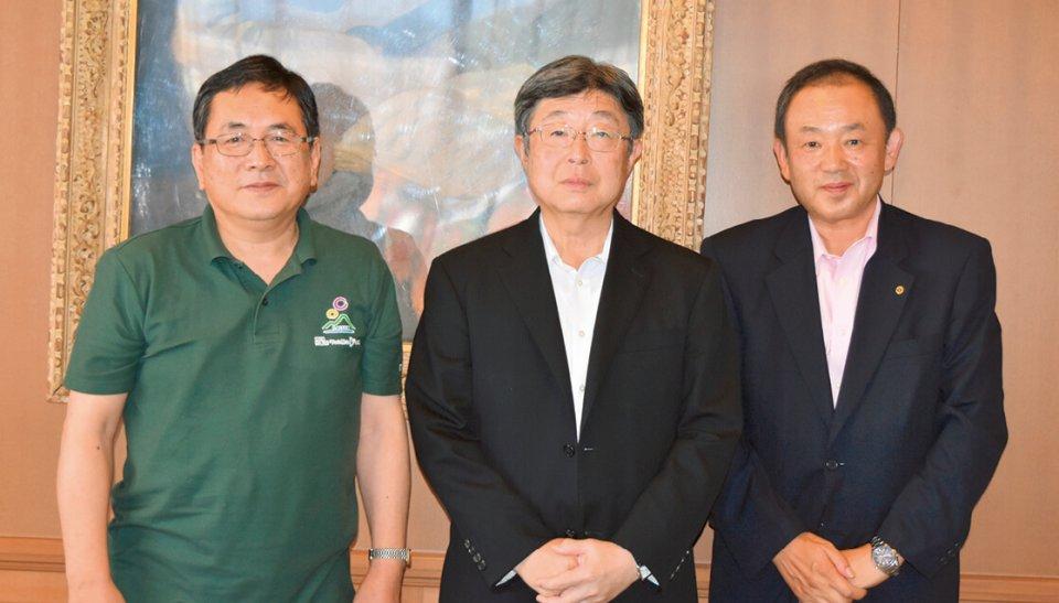 地域のために尽力する坂口会頭(中央)と山根淳史専務理事(左)、福田憲保理事