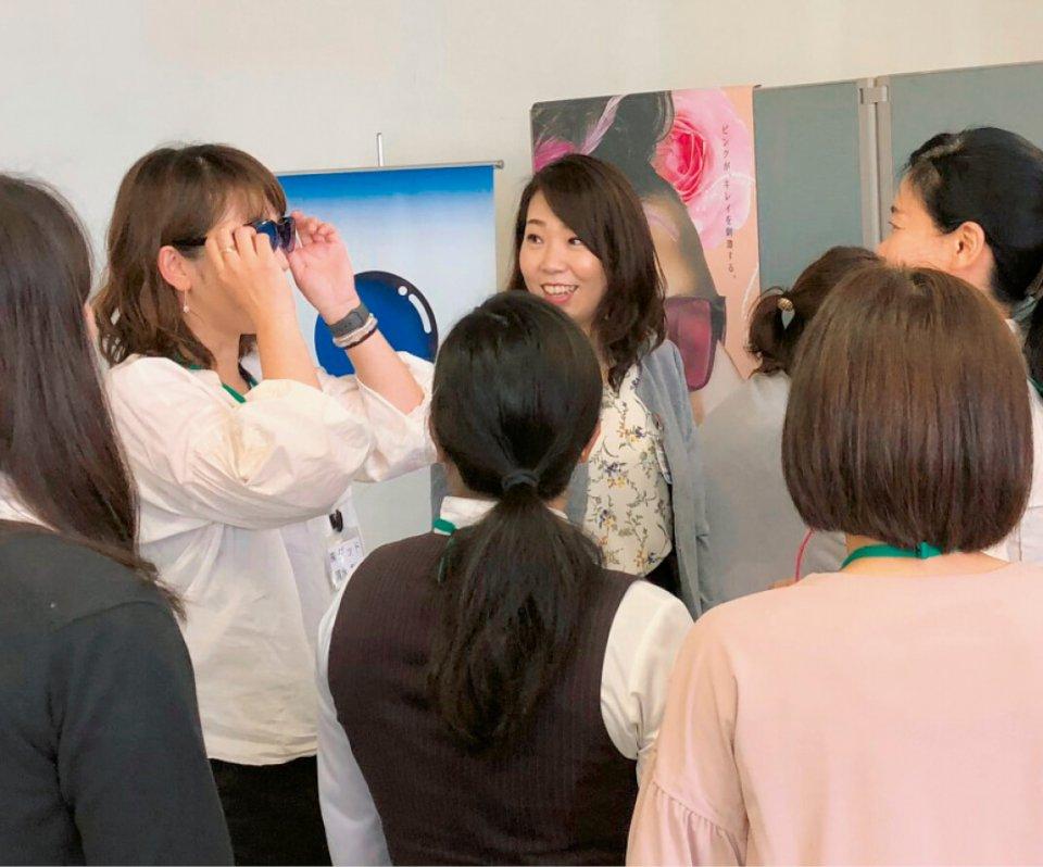 企業見学会では東海光学でサングラスの効果を体感
