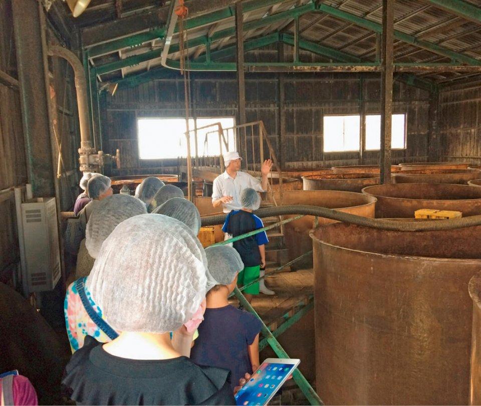 丸秀醤油の工場でしょうゆ製造工程を見学
