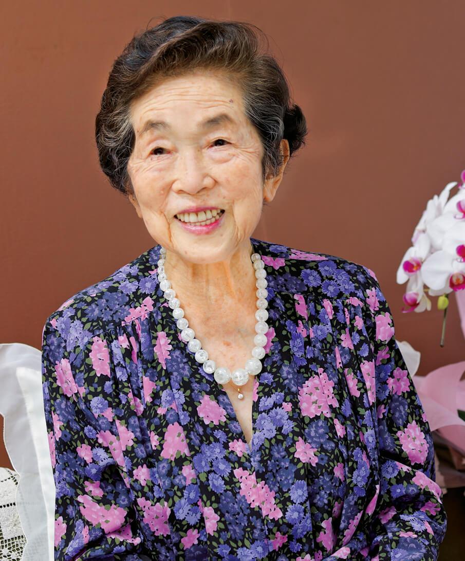 「20年前に自分で仕立てて、ずっと着ていなかった服なのよ」とさらりと着こなし、笑顔を浮かべる鮫島さん