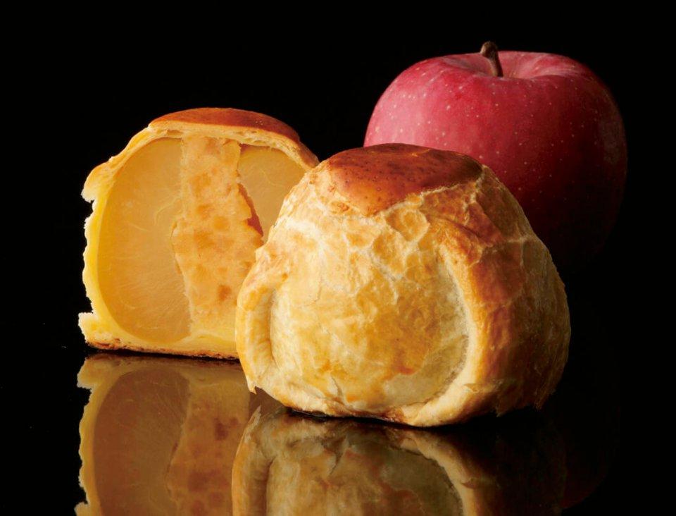 一つひとつ丁寧にリンゴをパイ生地で包んで焼き上げていく。リンゴの真ん中にスポンジクラムが詰まっているのが分かる