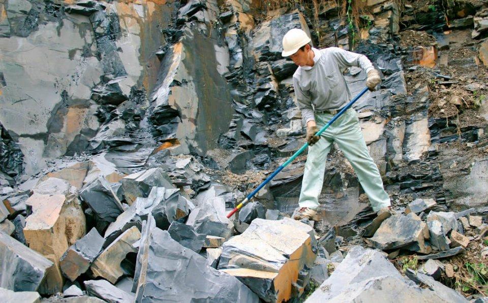 那智黒石:熊野市神川町とその周辺でしか採れない希少性の高い黒石。採石の様子。