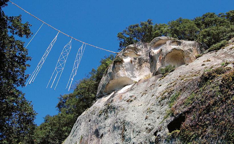 花の窟:高さ45mの巨岩、神々の母親・イザナミノミコトの御陵ともいわれる
