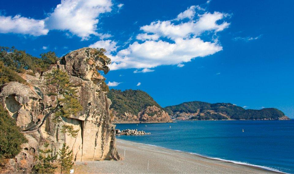火成岩で形成された高さ300mの巨岩、「獅子岩」
