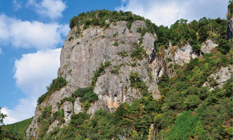 巨大な獅子が海に向かって吠えるような姿をした高さ25m、周囲約210mの奇岩、国の名勝・天然記念物、「楯ヶ﨑」高さ約80m、周囲約550mの大岩壁。柱状節理と呼ばれる地質が特徴