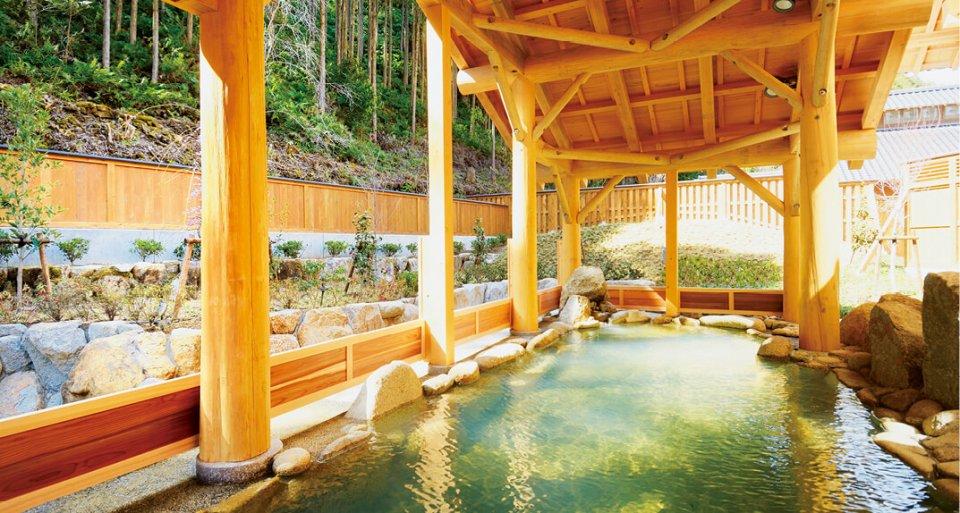湯ノ口温泉:源泉かけ流しの熊野の秘湯。熊野材をふんだんに使用した木の香り漂う露天風呂で体の芯まで温まる