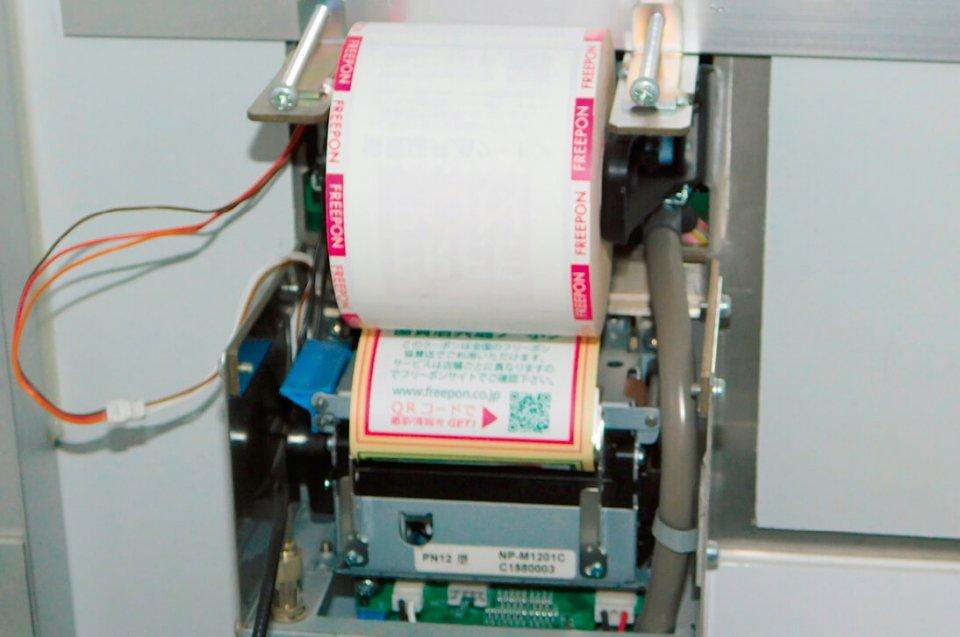 自販機内側のプリンター部分。高齢者や子どもにも伝わるよう、紙によるコミュニケーションにこだわっている