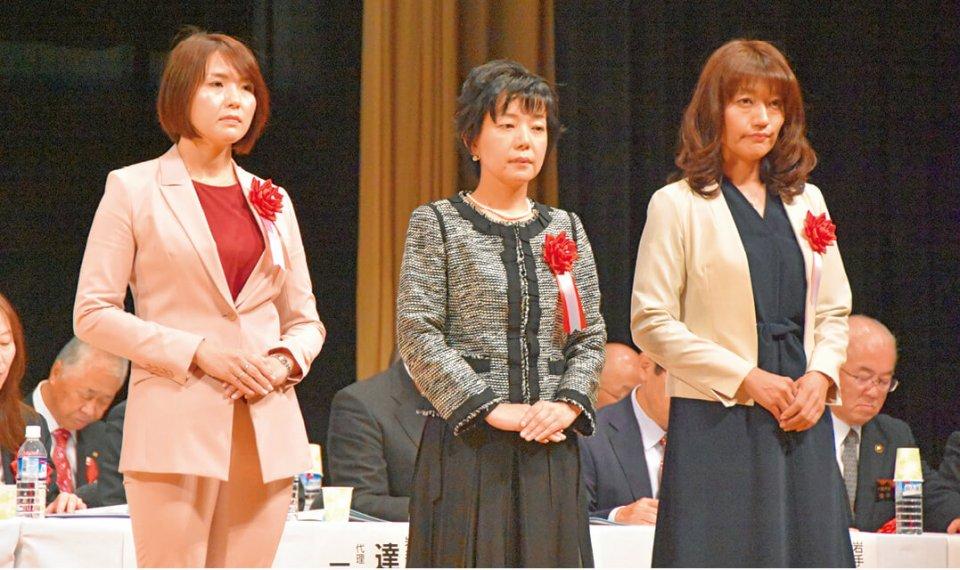 左から最優秀賞の南まゆ子さん、優秀賞の神戸貴子さん、馬場加奈子さん