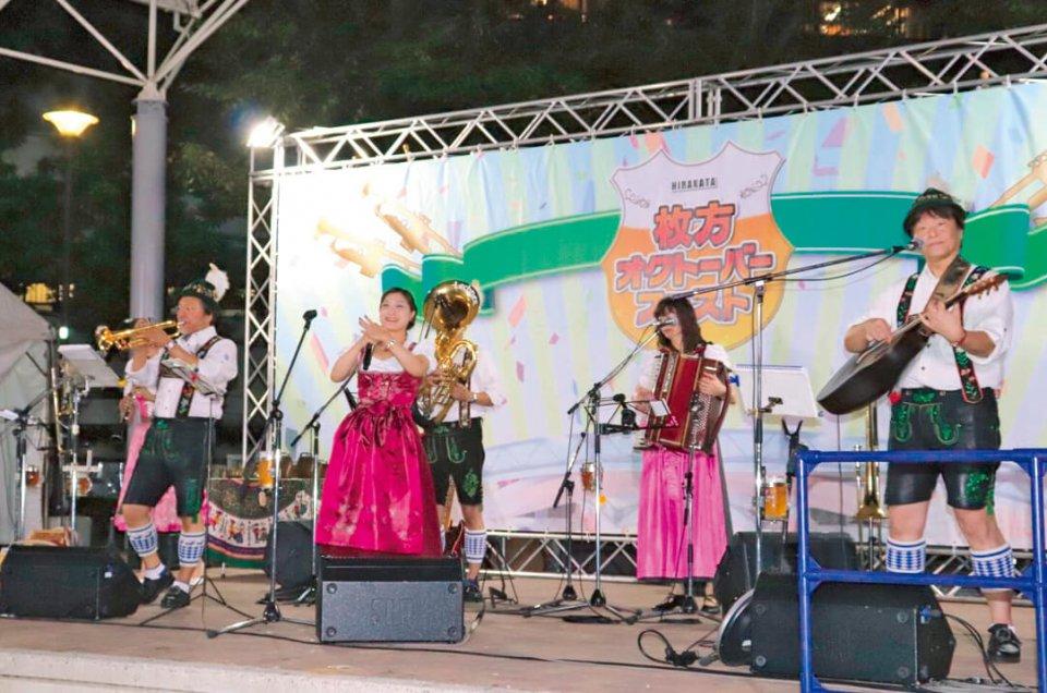 """ステージではプロのバンド""""エーデルワイスカペレ""""がアルプス地方の民族音楽を披露"""