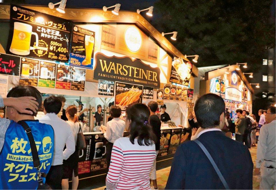 何種類ものドイツビールの屋台が並ぶ会場内