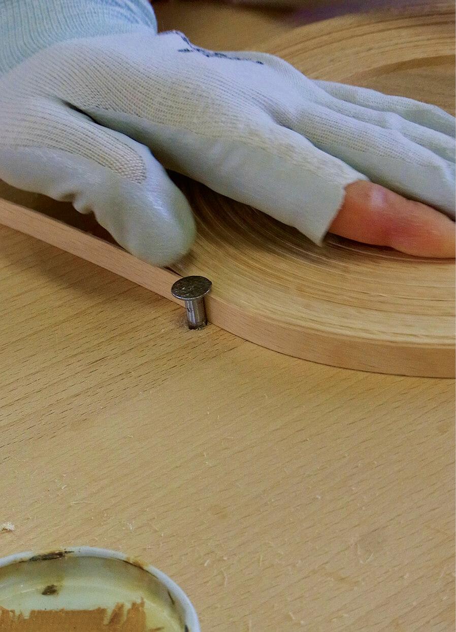 厚さ約1㎜のテープ状にカットしたブナ材をコイル状に巻く「巻き上げ」作業。シンプルだからこそ熟練の技が問われる