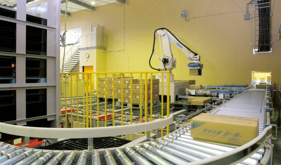 出荷する箱を自動的に仕分けるパレタイザーロボットを採用し、輸送の効率化と積載の安定化を図る。他社にはない労働環境の整備にも余念がない
