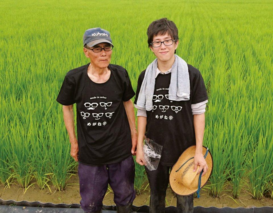 「めがね米」Tシャツを着た生産農家の方(左