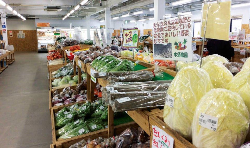 野菜を中心に季節感あるディスプレイ