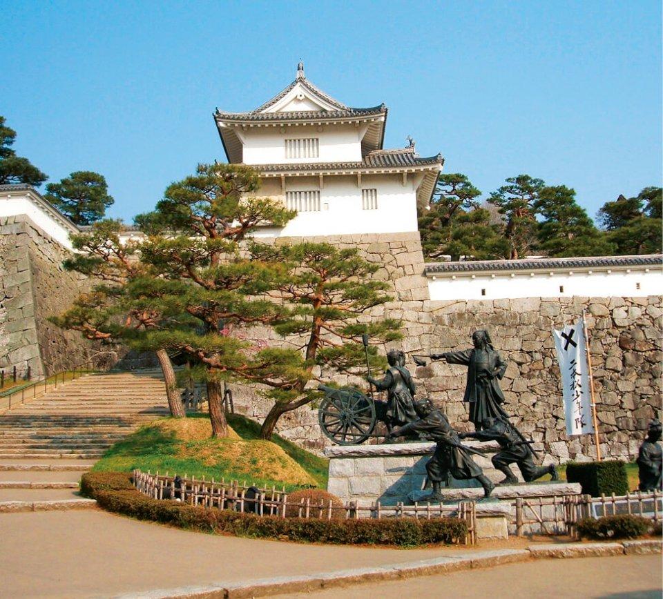 二本松城の箕輪門と二本松少年隊像