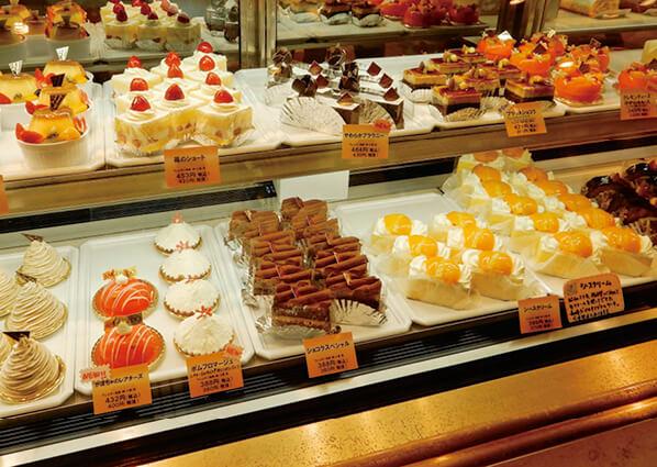 色彩やかなケーキが並ぶ梅月堂本店のショーケース。「シースクリーム」だけ取り扱い量がひときわ多い