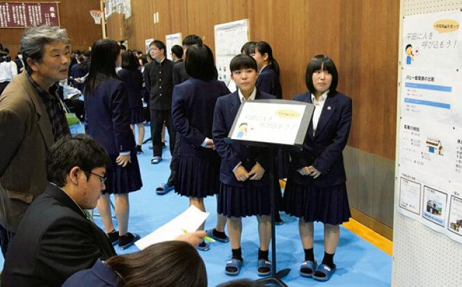 高校生がポスターセッション形式で研究発表