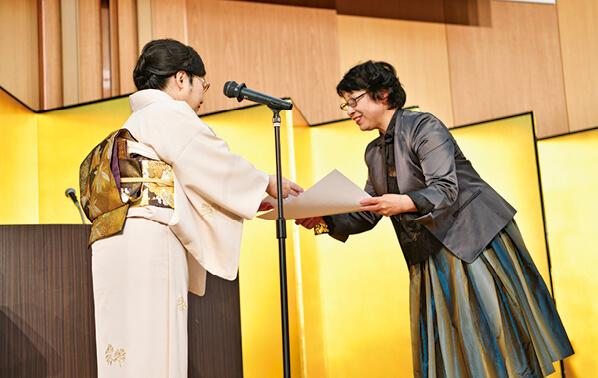 最優秀賞の桒田さん(右)に賞状を手渡す入江会長