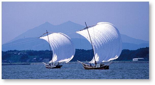 筑波山を背に霞ヶ浦を進む帆曳船
