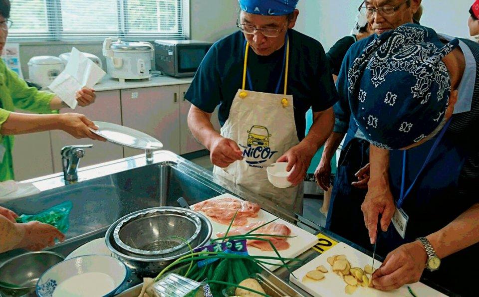男性生徒は、奥さんに先立たれても食事に困らないよう、料理も学ぶ