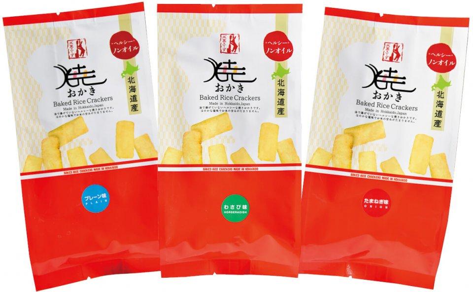 北海道の味にこだわった「焼きおかき」のラインナップ。海外では「中身が見えると安っぽい」と嫌われることから、主力商品にはアルミパッケージを使用