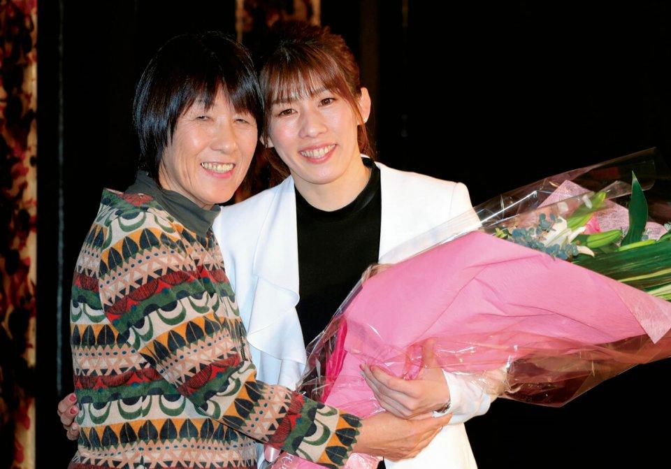 会見後、母・幸代さん(左)と笑顔で抱き合う女子レスリングの吉田沙保里=都内ホテル