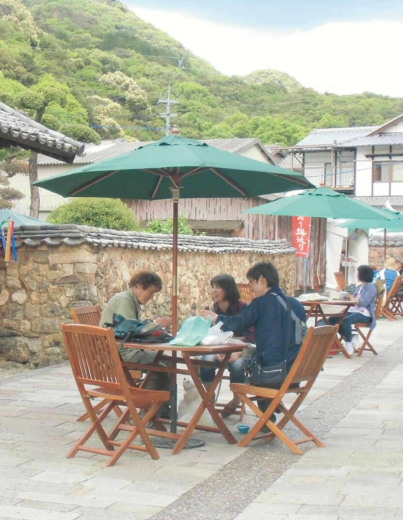 有田陶器市では裏通りで軽食カフェも提供される