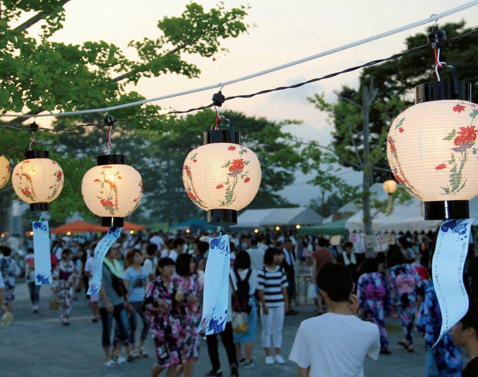有田焼絵柄提灯(ちょうちん)で彩られる夏祭り