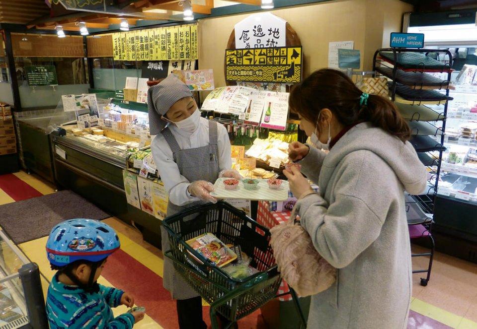 テスト販売では試食を提供し、消費者にアピールした