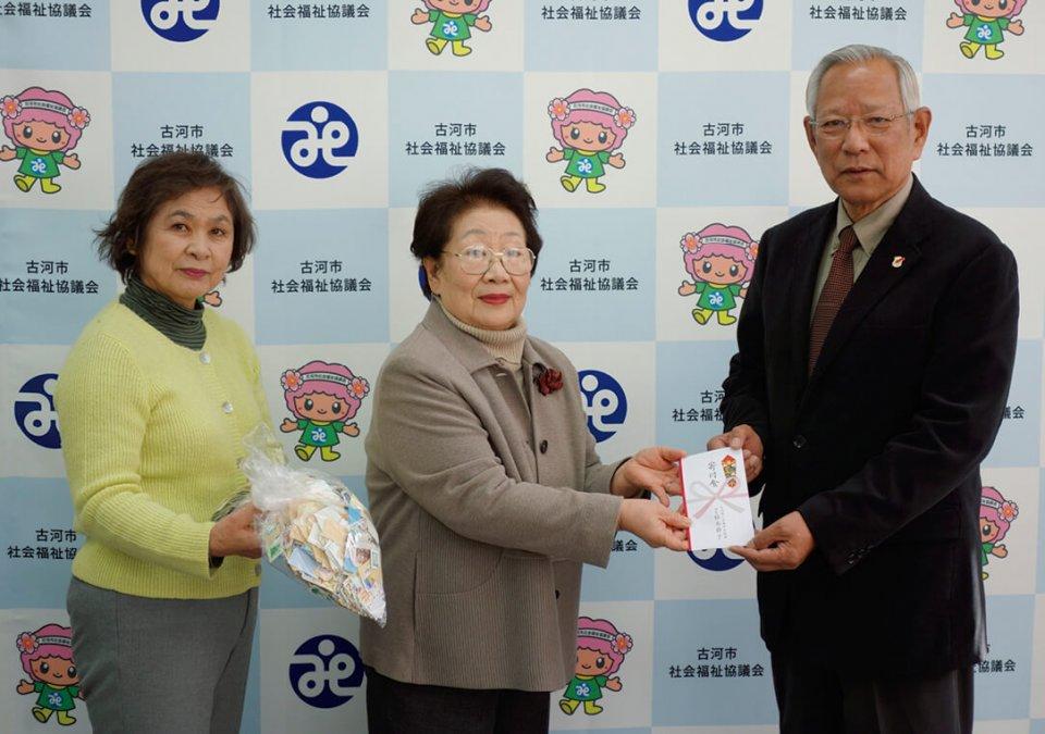 植木会長(中央)が寄付金を贈呈