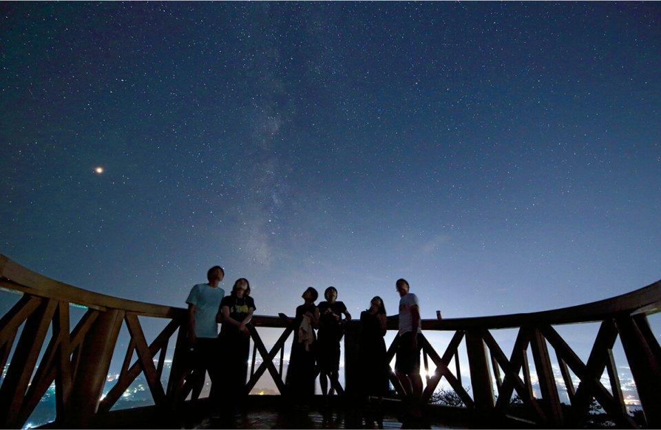 星空フォトツアーは年間実施。絶景スポットで星空を眺め、星空をバックに記念撮影、カメラを持ち込めば撮影のレクチャーもしてくれる。「天の川がよく見える5、6月がオススメです」(村上さん)