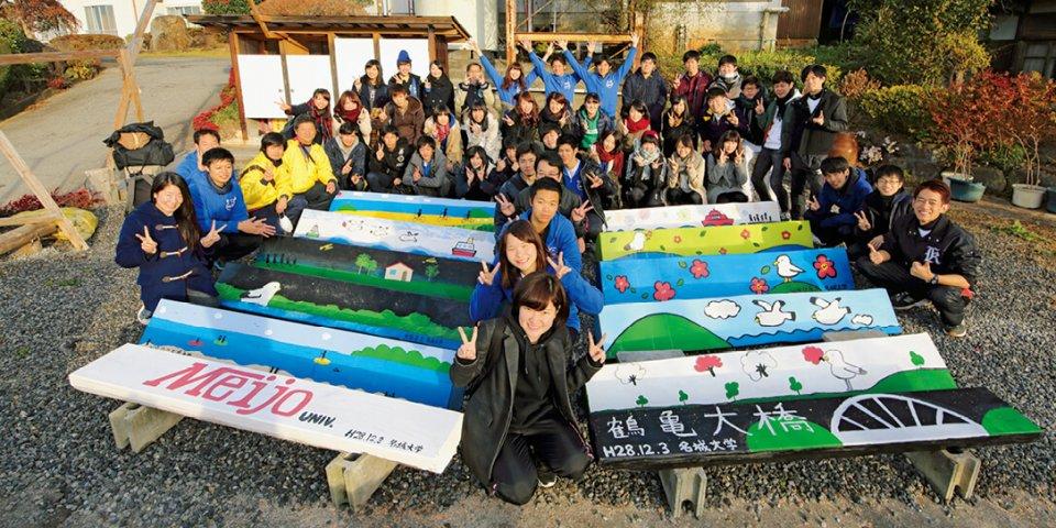 観光復興支援として春、秋の年2回、愛知県の名城大学の学生約40人が島を訪れる。前年度は約25基の公共用ベンチを製作、設置。現在は看板製作・設置が進む
