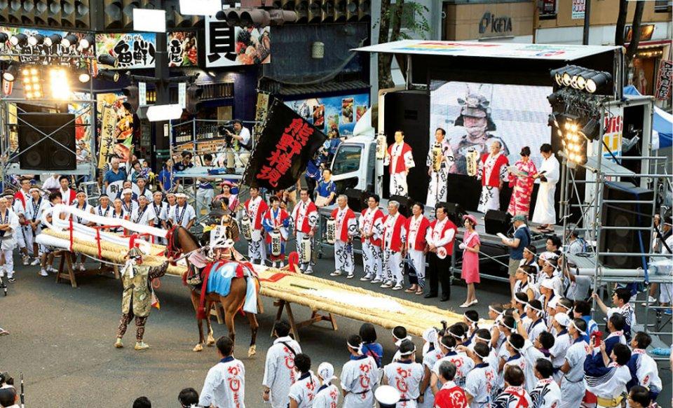 毎年8月に福島市で行われる「わらじ祭り」に、相馬野馬追の騎馬隊と米沢上杉まつりの鉄砲隊も参加