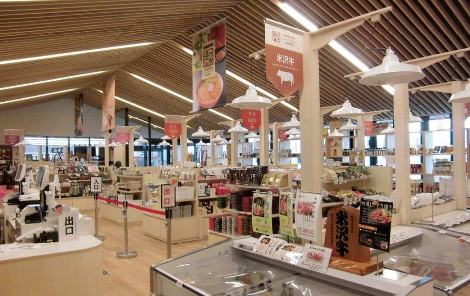 「道の駅 米沢」には、山形県の特産品がそろうほか、米沢牛や米沢らーめんが気軽に味わえるフードコートもある