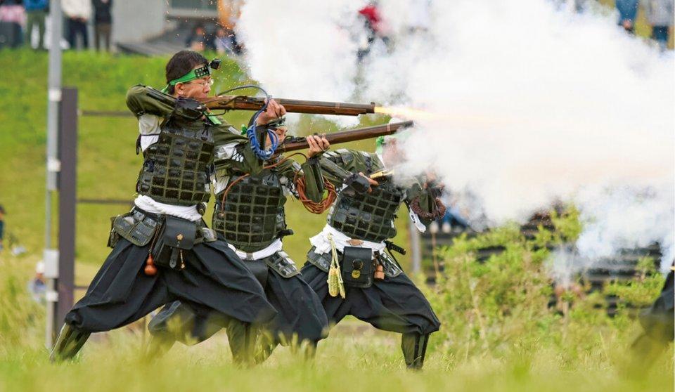 毎年ゴールデンウイークに米沢市で行われる「上杉まつり」に登場する鉄砲隊。福島市や相馬市のイベントに応援参加することも