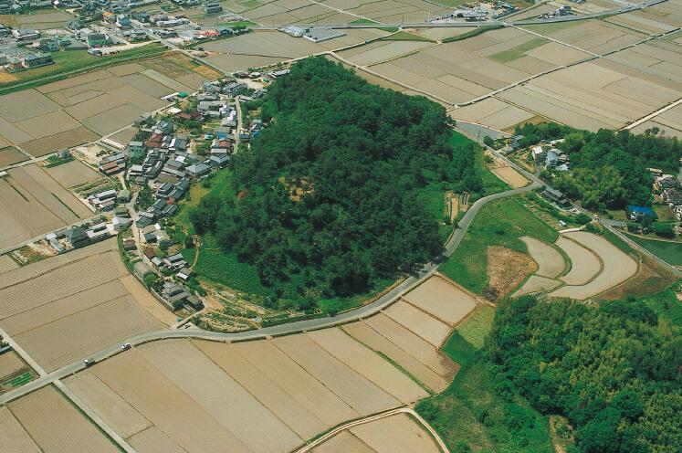 作山古墳:吉備国の有力豪族の墓といわれるが、埋葬者は特定されていない。国指定史跡