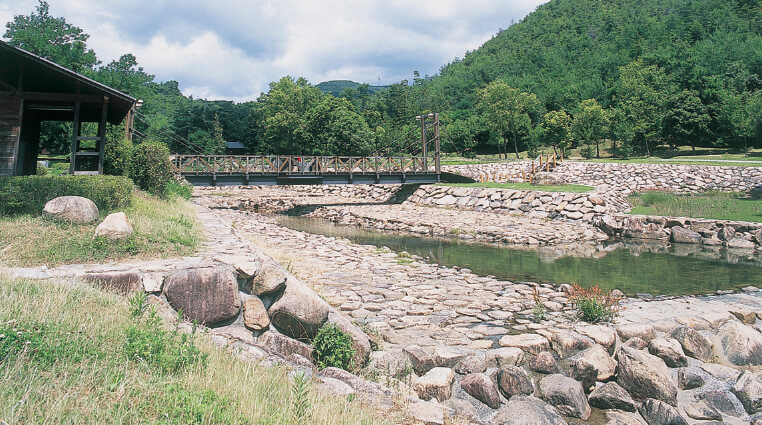 砂川公園:鬼城山から流れる砂川に整備された河川公園。親水施設やキャンプ場もある