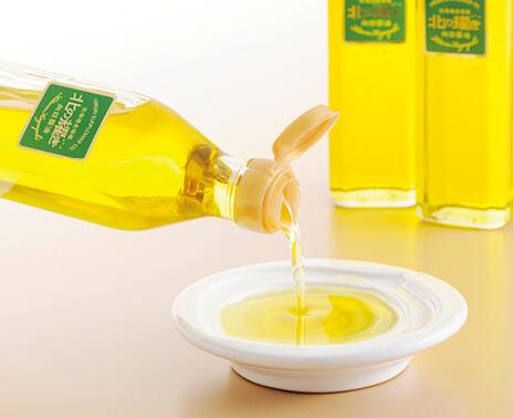 完全無添加で、ビタミンEはオリーブオイルの8倍、コレステロール0、オレイン酸豊富なヘルシーオイルだ。ひと瓶にひまわり約80本16万粒分の種を使用。「北の耀き」275g 1300円(税別)