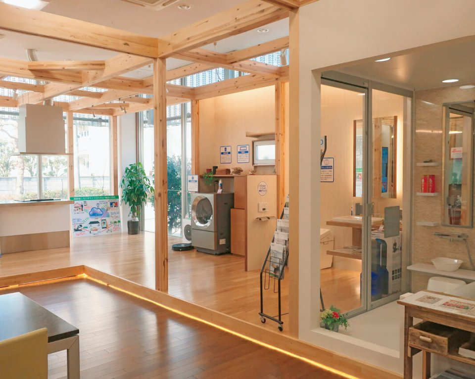 店内の半分を占めるIoTラボは、モデルルームをイメージして木材がふんだんに使われている