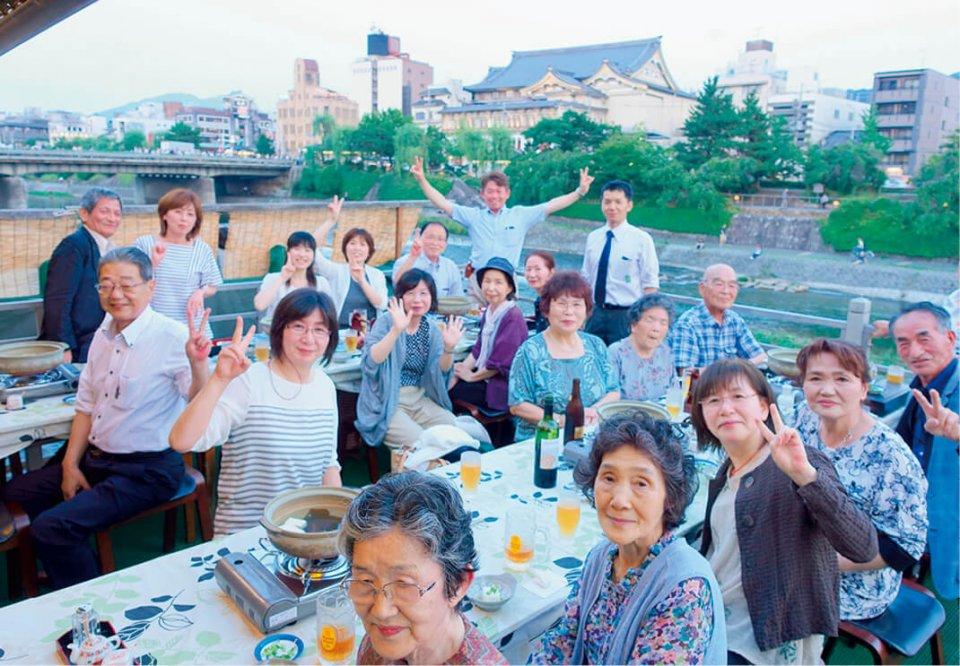 毎年、顧客を招いたバス旅行を企画し、お年寄りたちから喜ばれている