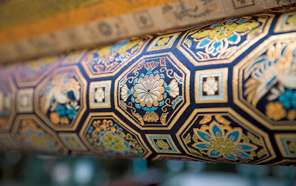 光織物の本業である金襴緞子の生地。よさこい祭りやNHK大河ドラマの衣装など、kichijitsuの波及効果で、今までにないオファーも増えている