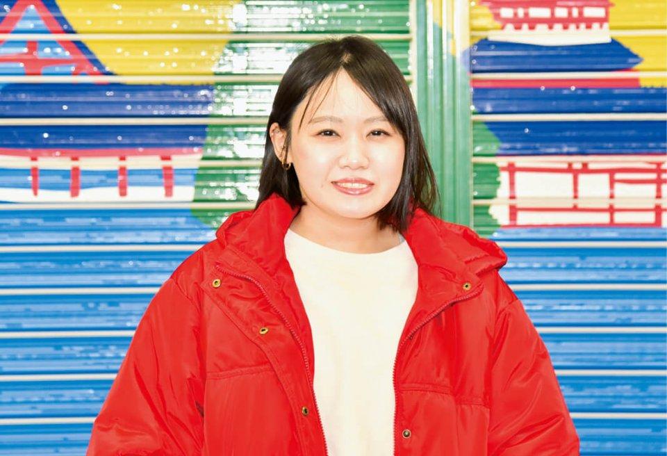 現在はデザイナーとして活躍する井上綾さん。ポップな和雑貨を中心に幅広いジャンルのデザインを手掛けている