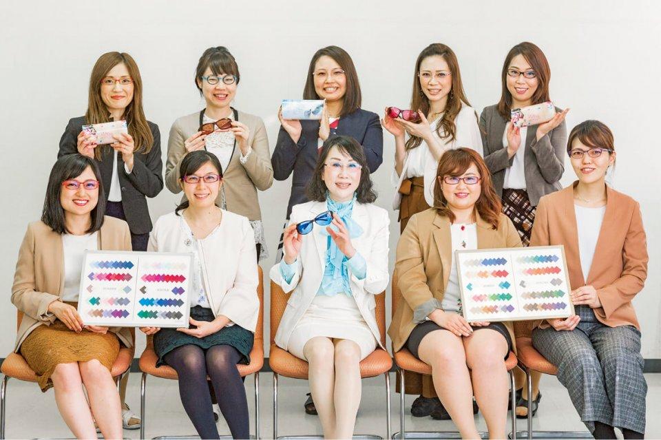 女子開メンバー。10人から現在は14人に増え、加入を希望する女性社員も多い。「今は売り上げ5億円を見込める商品開発が目標です」と金川さん(写真、前列中央)