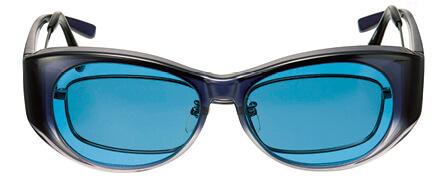 オーバーグラス「心冴(ここ)Blue」は、名古屋市立大学と共同開発し、集中力が高まるブルーの波長を再現