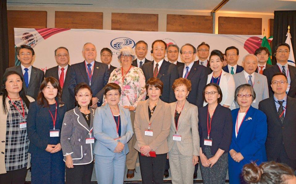 COMCEとのダイアログに臨席したマルケス経済大臣(後列左から5人目)と藤沢会長ら全商女性連のミッション参加者