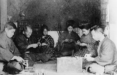 130年ほど前、家族総出で茶筌をつくっているところ。右端が左文さんの祖父